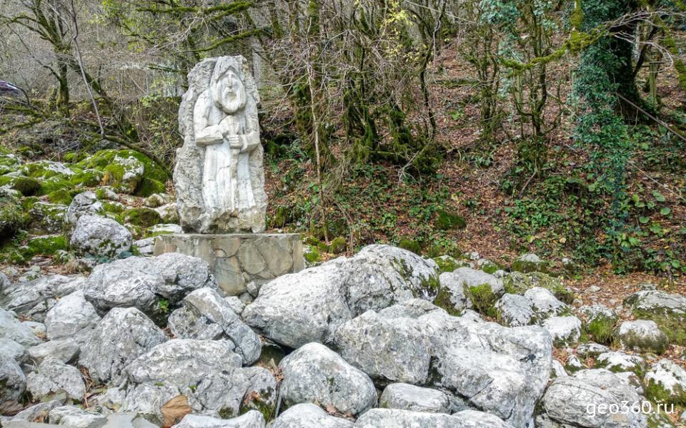Скульптура отшельника у Голубого озера